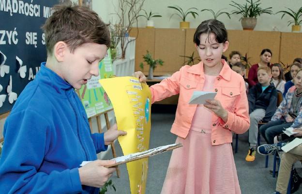 Uczniowie prezentują przepis na dobre życie według wskazówek dziadków