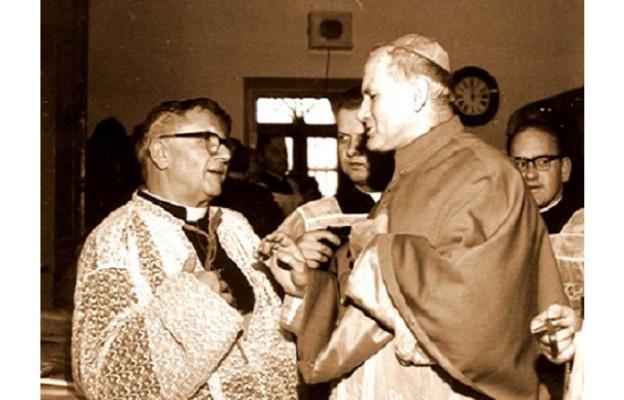 Ksiądz infułat Edward Zacher i jego ministrant, który został papieżam Jan Paweł II