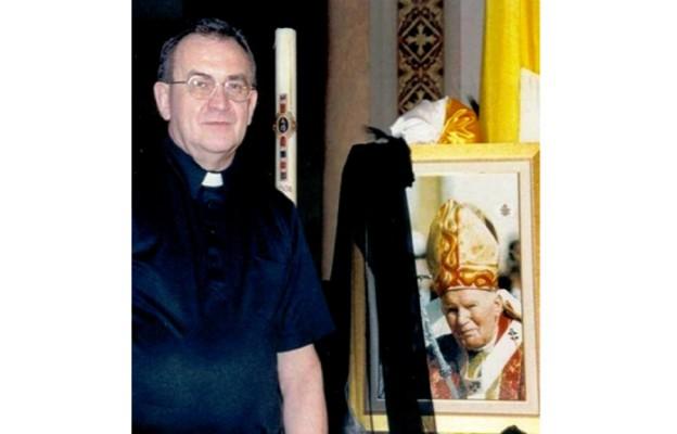 Ksiądz Antoni Zemuła w dniu śmierci Jana Pawła II przed ołtarzem kościoła Saint Frances de Chantal na Brooklynie