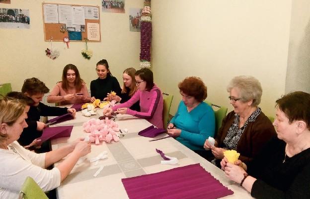 Juniorzy i seniorzy wspólnie przygotowują się do Niedzieli Palmowej