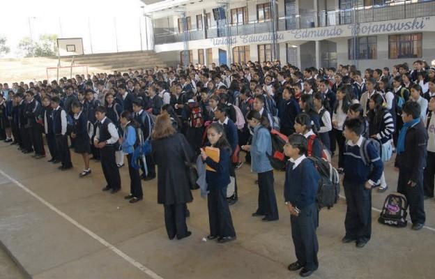 Szkoła im. Edmunda Bojanowskiego – uczniowie na szkolnym boisku sportowym