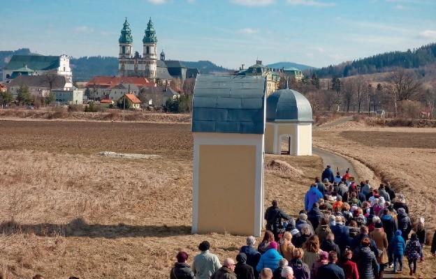 Modlący się przemierzają stacje Wielkiej Krzeszowskiej Drogi Krzyżowej rozsiane po Krzeszowie i okolicy