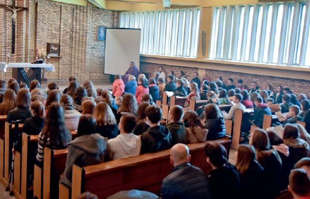 Wspólna modlitwa połączyła ponad setkę młodych ludzi z całej Polski