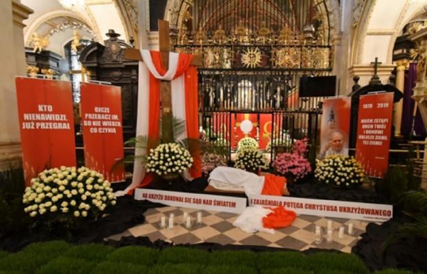 """Papieskie """"Niech zstąpi Duch Twój"""" - w dekoracji grobu Bożego"""