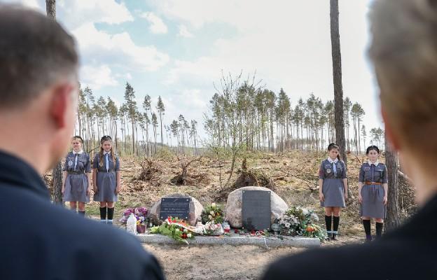 Kamienie w lesie w Suszku upamiętniają dwie harcerki, które w wieku 13 i 14 lat zginęły podczas nawałnicy