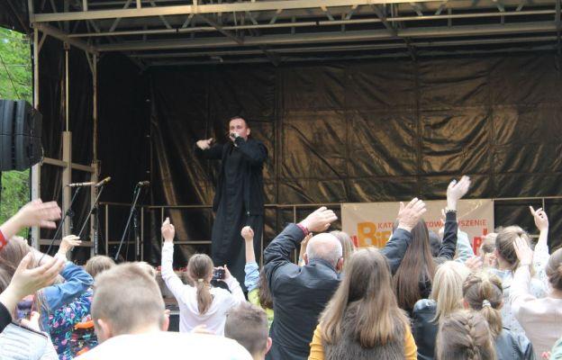 Gościem III Święta Biblii był raper ks. Jakub Bartczak