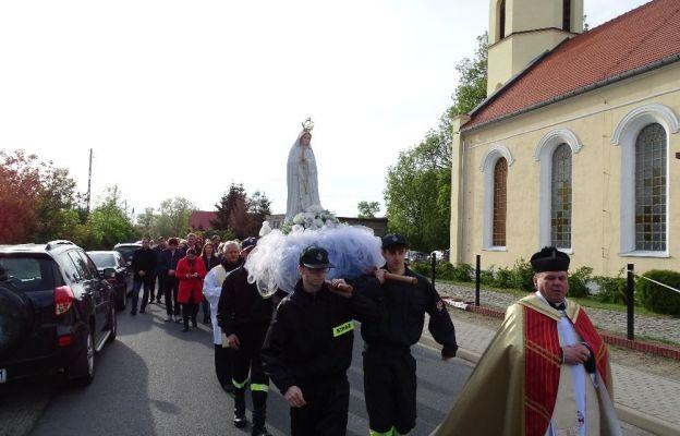 Po wieczornej mszy świętej sprawowanej w Radwanicach odbyła się procesja z figurą Matki Bożej do kościoła parafialnego w Łagoszowie Wielkim