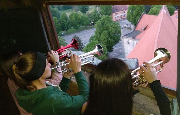 Roman Stefaniak i jego uczennice każdego dnia maja o godz. 21.00 odgrywają Apel Maryjny