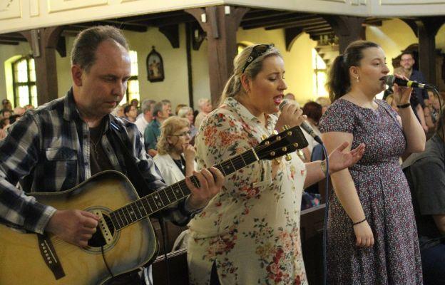 Charakterystyczna dla grup Odnowy w Duchu Świętym jest spontaniczna modlitwa uwielbienia