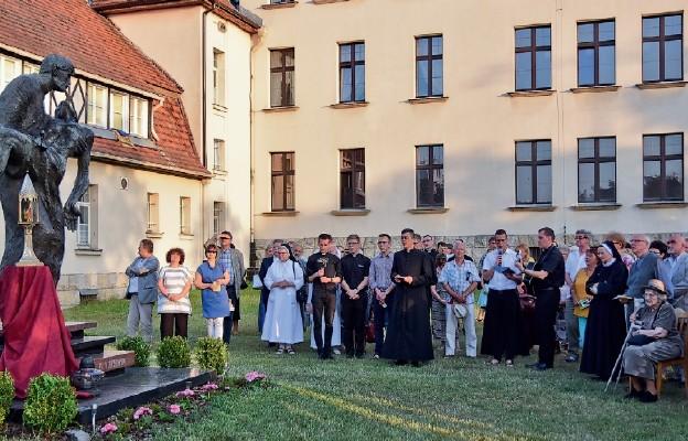 Na zakończenie spotkania wspólnie modlono się przy pomniku bł. Frelichowskiego