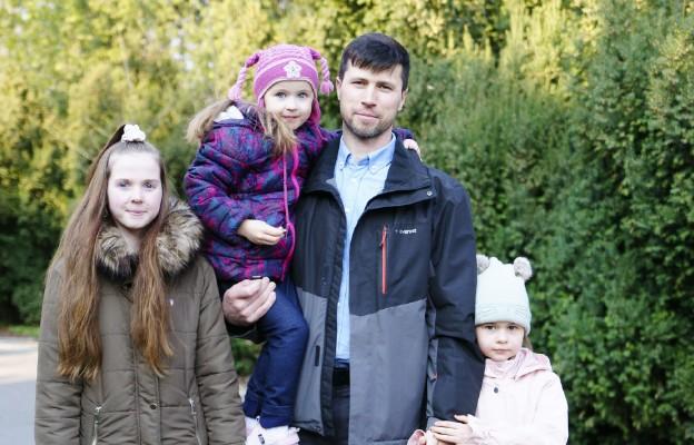 Nakaz aresztowania ojca, który ratował swoje córki