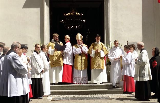 Rok Jubileuszowy rozpoczęło uroczyste otwarcie drzwi. Następnie diakoni odczytali papieskie dekrety