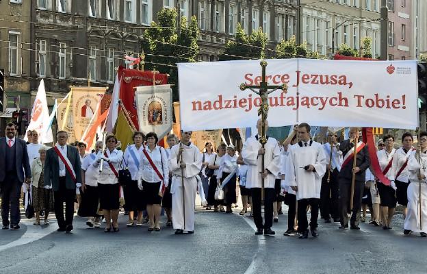 """Procesja z kościoła Ojców Jezuitów do """"Serca"""" w Szczecinie"""