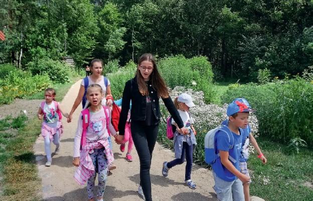 Wolontariusze na spacerze z dziećmi