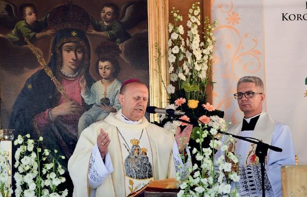 Bp Tadeusz Pikus przewodzi modlitwom dziękczynnym