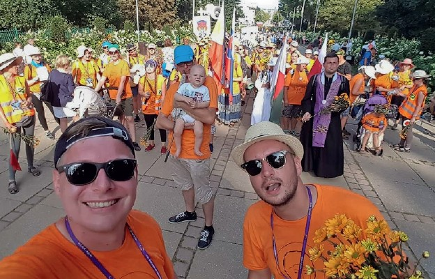 Mateusz i Patryk (na pierwszym planie) od lat wyruszają w sierpniu na pielgrzymkowy szlak