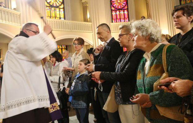 Po sumie odpustowej we wrocławskiej parafii Opieki św. Józefa kilkadziesiąt osób przyjęło szkaplerz