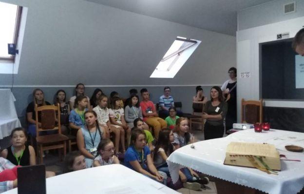 W czasie obozu dzieci poznają Słowo Boże