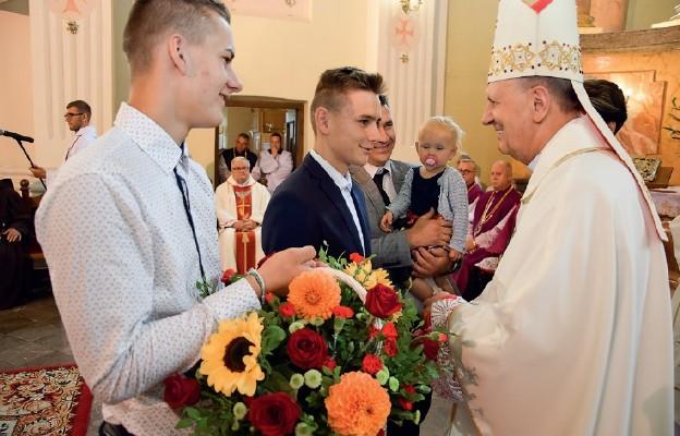 Poszczególne delegacje wyraziły wdzięczność księdzu biskupowi