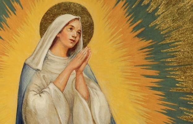 Maryja wyniesiona z duszą i ciałem do chwały nieba obejmuje swym matczynym spojrzeniem cały świat