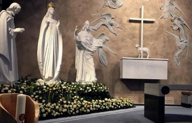 W kościele w Knock stoją figury trzech postaci, które przypominają o wydarzeniu sprzed 140 lat