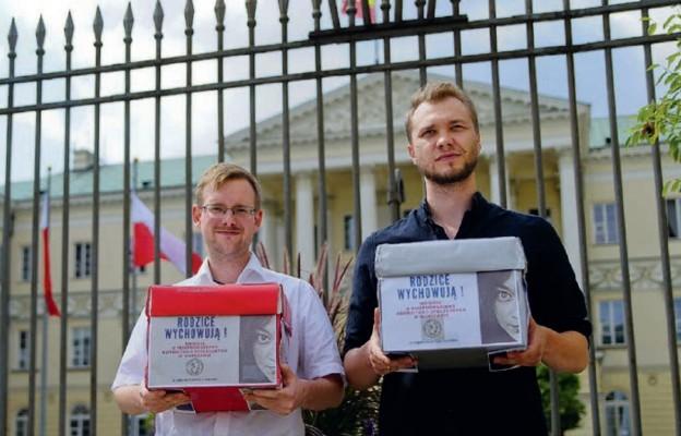 Ordo Iuris złożyło do prezydenta stolicy kilka tysięcy podpisów ws. konsultacji społecznych odnośnie Deklaracji LGBT