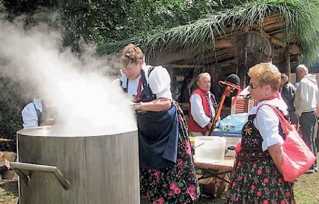 Dla wszystkich uczestników Żabnickiego lata z rybką góralska kwaśnica gotowana jest w 200-litrowym kotle