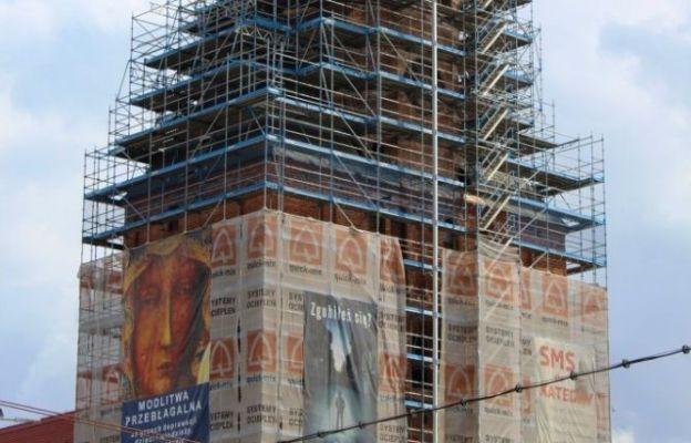 Rozpoczęto montowanie hełmu na wieży katedralnej
