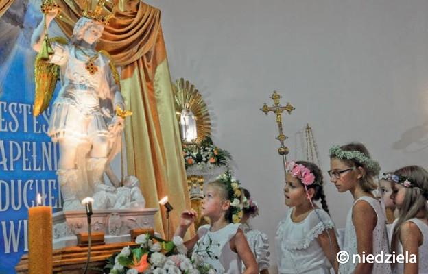 O tym, że aniołowie istnieją, są blisko każdego człowieka i przez ich działanie dzieją się cuda, przekonali się wierni parafii Świętych Apostołów Piotra i Pawła, sanktuarium Matki Bożej Fatimskiej
