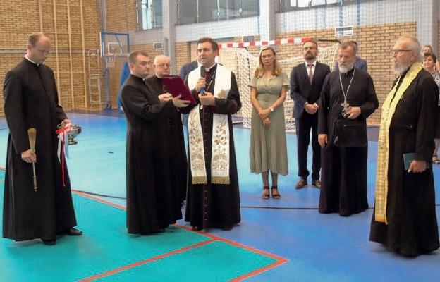 Ksiądz biskup poświęcił nowy obiekt sportowy