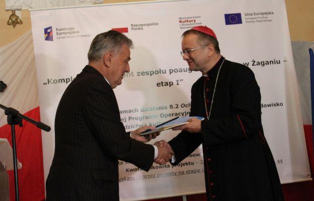 Wicewojewoda Władysław Perczak przekazał Księdzu Biskupowi umowę potwierdzającą wielomilionową dotację na prace konserwatorskie