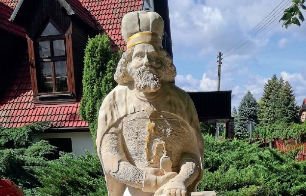 Książę stanie przed kościołem