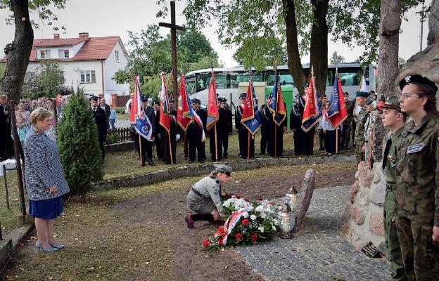 Złożenie kwiatów przed Pomnikiem Niepodległości