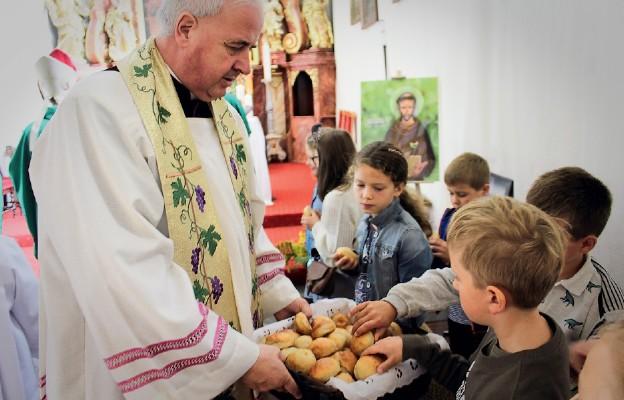 Po Mszy św. księża dzielili chlebem