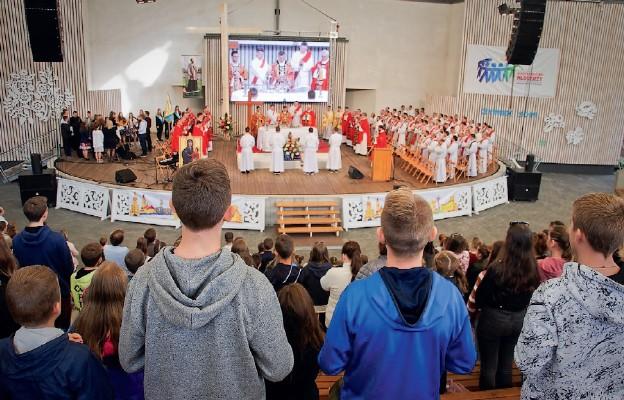 Rozpoczęli od adoracji krzyża