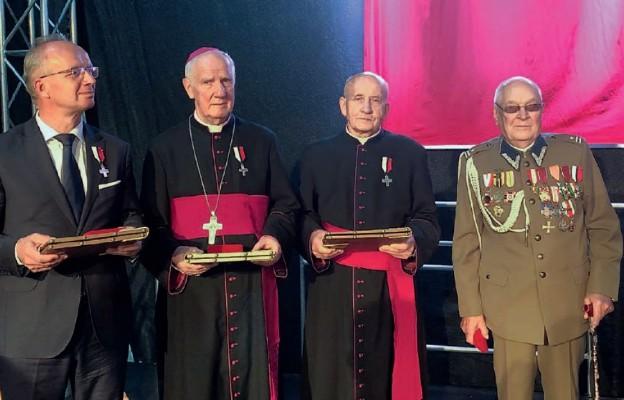 Od lewej: prof. dr hab. Krzysztof Szwagrzyk, bp Ignacy Dec, ks. prał. Bogusław Wermiński, mjr Alfons Daszkiewicz