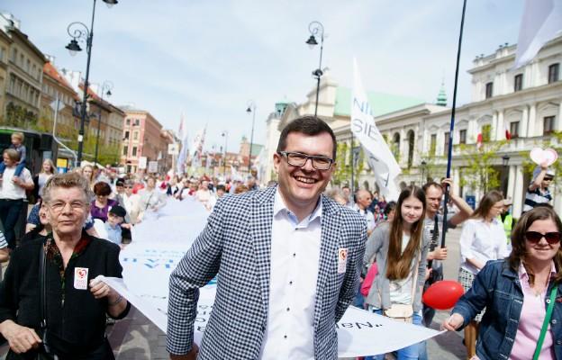 Poseł Piotr Uściński na czele wielkiej białej flagi, na której została spisana najmocniejsza homilia pro-life św. Jana Pawła II do Polaków z Kalisza w 1997 r.