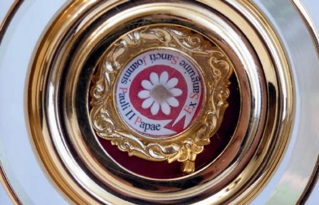 W niedzielę papieską parafianie z Olszyny przyjmą w mury kościoła relikwie św. Jana Pawła II