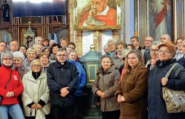Uczestnicy pielgrzymki przy chrzcielnicy Prymasa Tysiąclecia