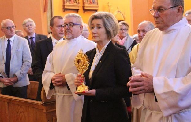 Relikwie św. Jana Pawła II wprowadziła wieloletnia prezes diecezjalnej AK Urszula Furtak