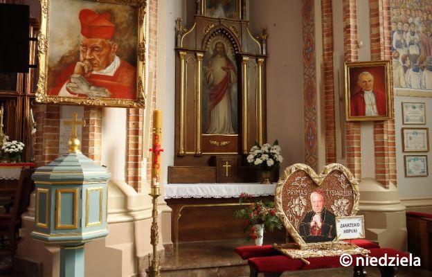 Neobarokowa chrzcielnica w parafialnym kościele w Zuzeli, gdzie został ochrzczony kard. Wyszyński.