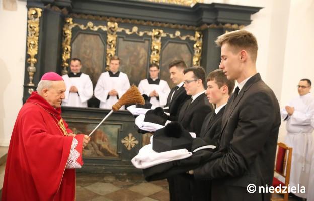 Poświecenia stroju duchownego dokonał bp pomocniczy senior Edward Frankowski