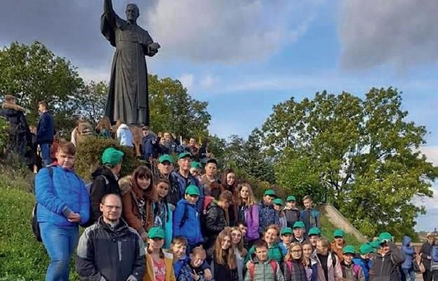Reprezentanci naszej diecezji przy pomniku Jana Pawła II na Jasnej Górze