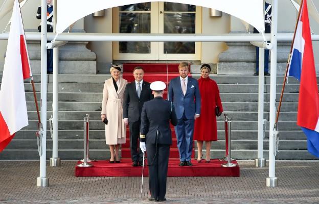 HAGA I Uroczyste powitanie Prezydenta Andrzeja Dudy i Małżonki przez Króla Niderlandów Willema-Alexandra i Małżonkę na dziedzińcu parkowym przed Pałacem Królewskim