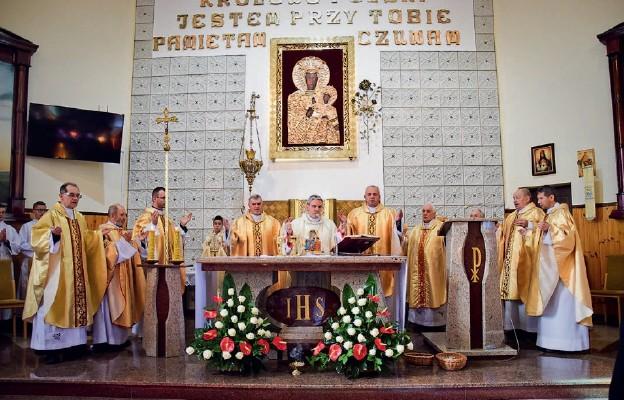 Chrystus zbawia przez Kościół i w Kościele