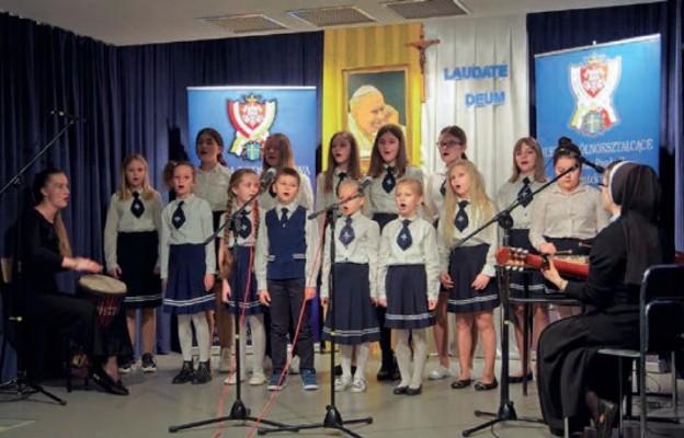 Śpiewem upamiętnili Papieża Polaka