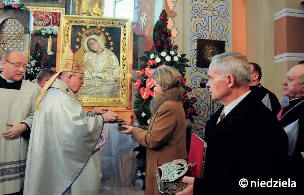 Abp Stanisław Nowak koronuje obraz Rozprzańskiej Matki Życia. 14 listopada 2009 r.