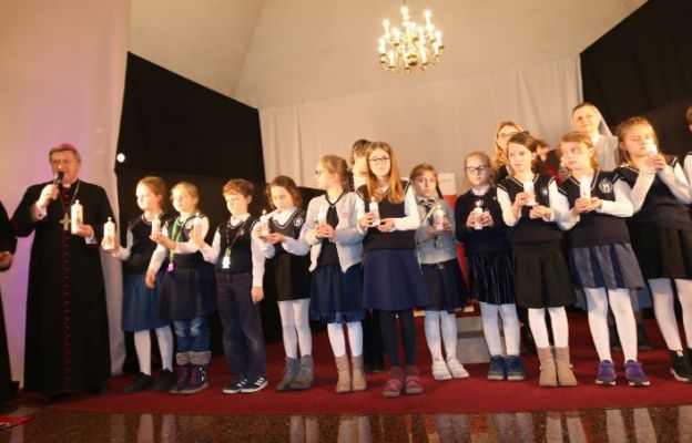 Arcybiskup wraz z dziećmi odpalił pierwszą w Polsce świecę Wigilijnego Dzieła Pomocy Dzieciom