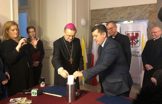 Biskup Tadeusz Lityński wraz z prezydentem miasta, Jackiem Wójcickim, proboszczem, ks. Zbigniewem Kobusem, oraz współpracownikami, włożyli do kapsuły charakteryzujące miasto przedmioty