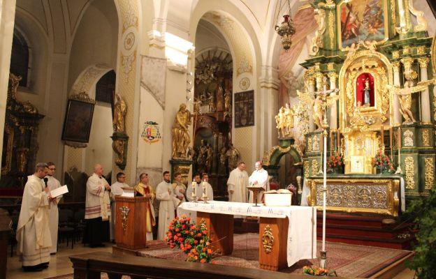 Ks. Marcin Kliszcz, kustosz sanktuarium podziękował wszystkim, którzy przyczynili się do pomyślnego zakończenia konserwacji ołtarza
